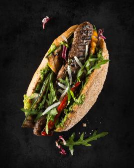 Holy Dogs Premium Hot Dog mit Bio-Beef-Roll, Mischsalat, grünem Pesto, Grillgemüse, Rucola, Balsamico-Creme, Käse
