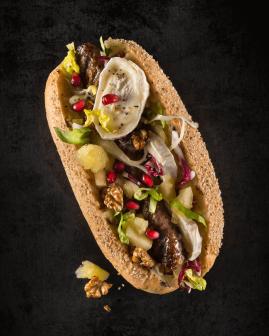 Holy Dogs Premium Hot Dog mit Bio-Beef-Roll, Mischsalat, Apfel-Rosmarin-Kompott, Ziegenkäse, Walnüssen, Granatapfelkernen